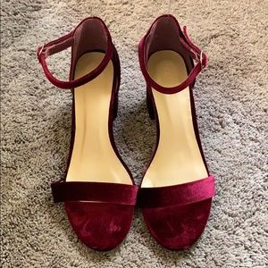 Low heel velvet shoes